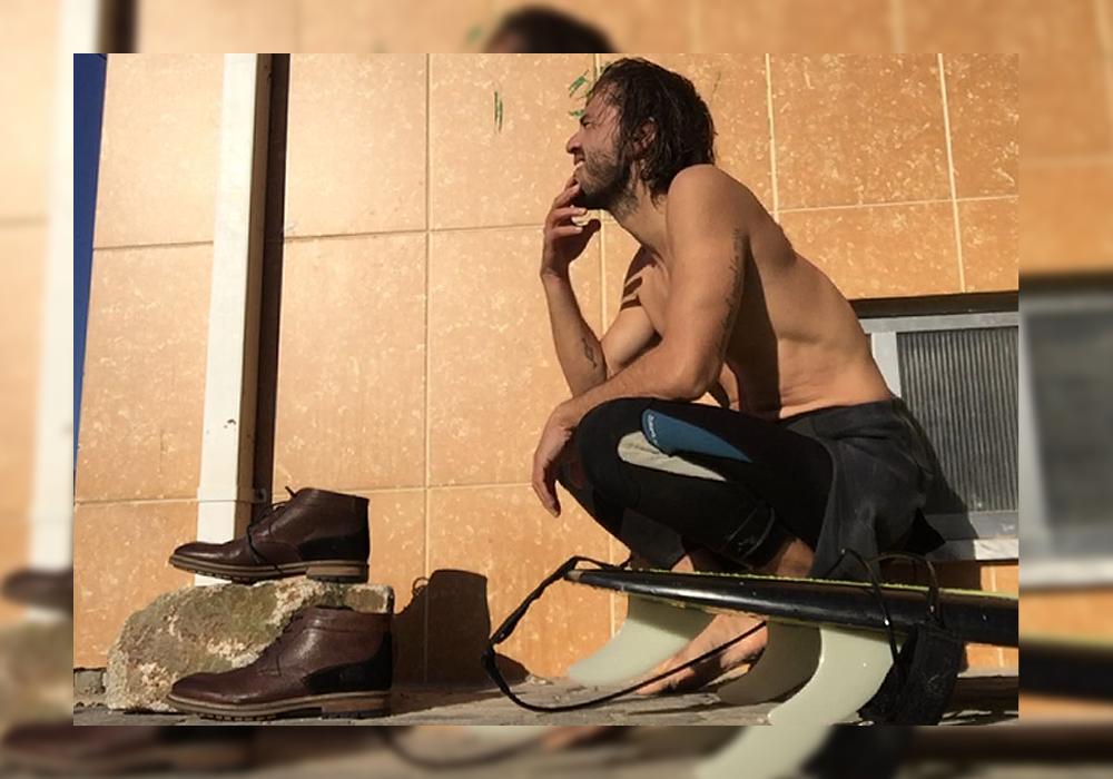 surf y zapatos de piel marron